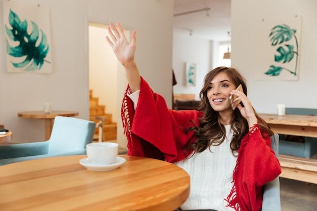 Ritratto di una donna felice che parla sul telefono cellulare Foto Gratuite