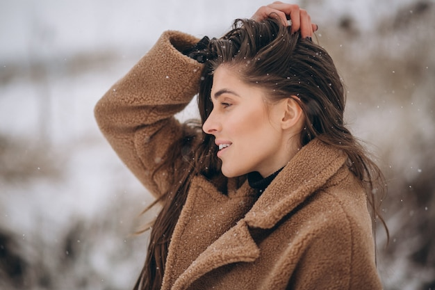 Ritratto di una donna felice in inverno fuori Foto Gratuite