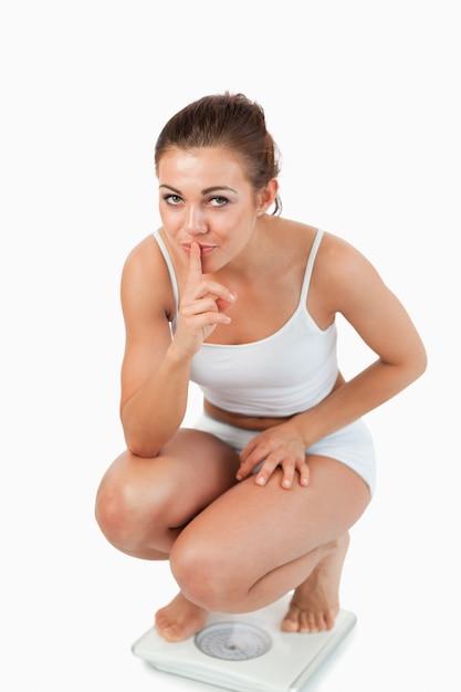 Ritratto di una donna fiduciosa accovacciata sulle scale Foto Premium