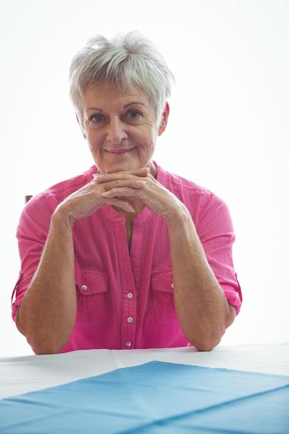 Ritratto di una donna in pensione sorridente Foto Premium