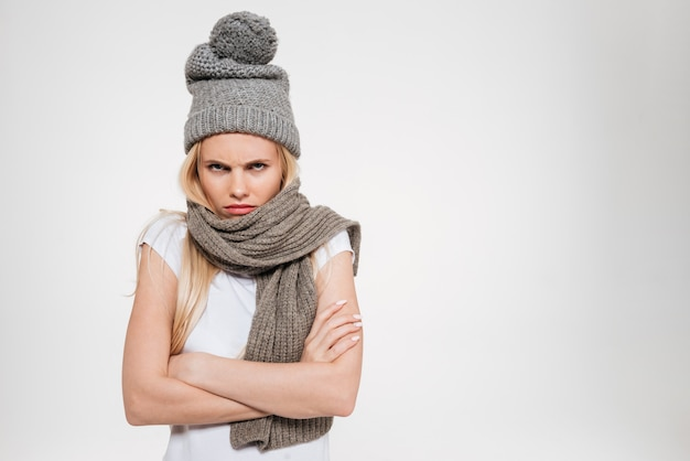 Ritratto di una donna insoddisfatta turbata in cappello di inverno Foto Gratuite