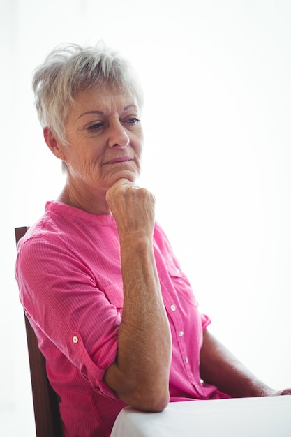 Ritratto di una donna senior preoccupata Foto Premium