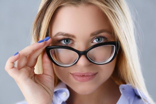 Ritratto di una donna sexy in camicia da uomo con gli occhiali Foto Premium