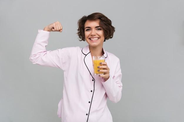 Ritratto di una donna sorridente in buona salute in pigiama Foto Gratuite