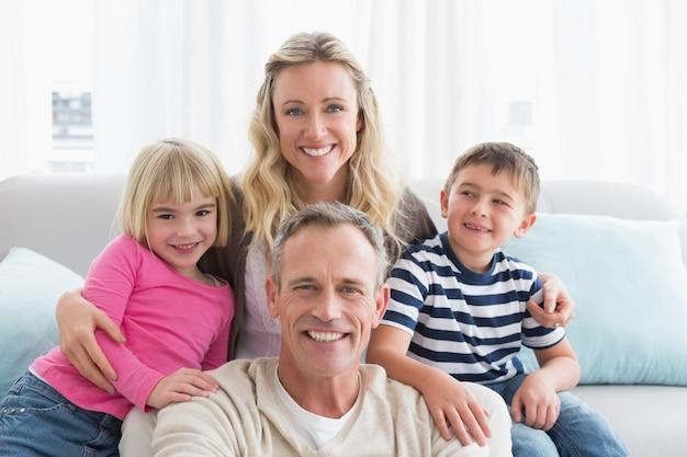 Ritratto di una famiglia allegra sulla couche Foto Premium