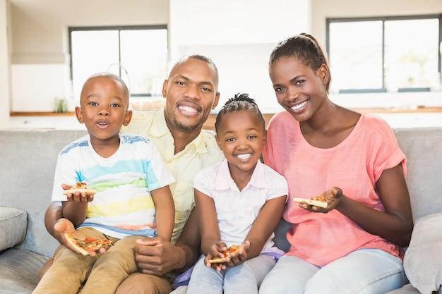 Ritratto di una famiglia di quattro persone che guardano la tv Foto Premium