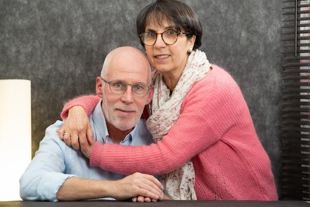 Ritratto di una felice coppia senior a casa Foto Premium