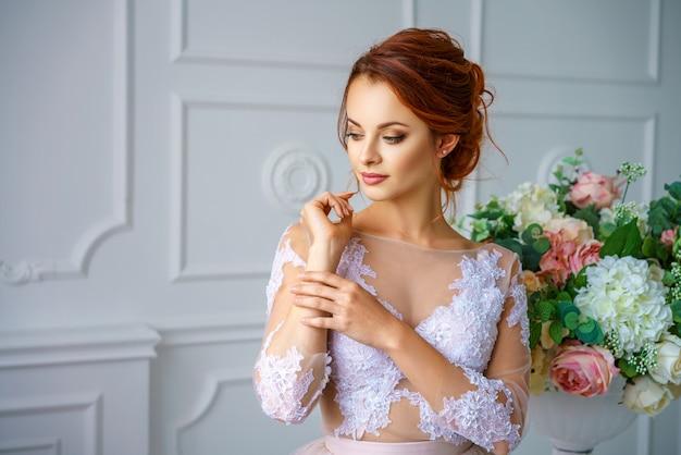 Ritratto di una giovane bella donna dai capelli rossi in un bellissimo abito delicato. Foto Premium
