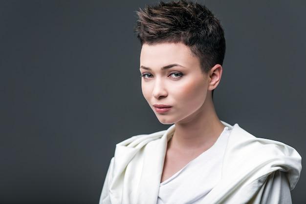 ea8546a949b3 Ritratto di una giovane bella ragazza indossa in bianco contro uno ...