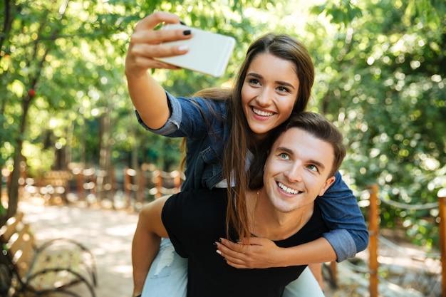Ritratto di una giovane coppia felice in amore Foto Gratuite