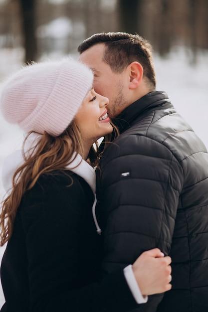 Ritratto di una giovane coppia insieme in inverno il giorno di san valentino Foto Gratuite