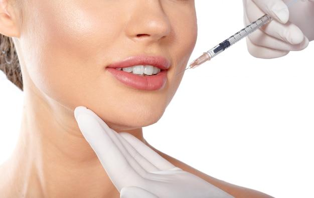Ritratto di una giovane donna attraente che riceve il trattamento di botox. Foto Premium