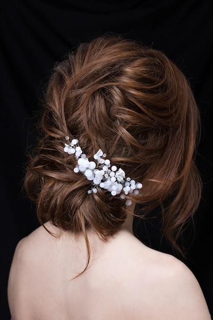 Ritratto di una giovane donna attraente con un taglio di capelli da sposa. vista posteriore. Foto Premium