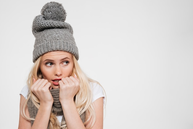 Ritratto di una giovane donna attraente in cappello invernale Foto Gratuite