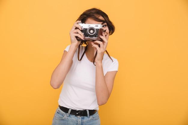 Ritratto di una giovane donna bruna che fa una foto Foto Gratuite