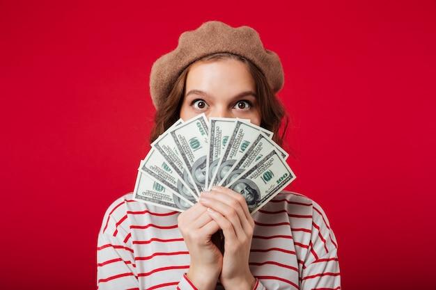 Ritratto di una giovane donna che indossa berretto Foto Gratuite