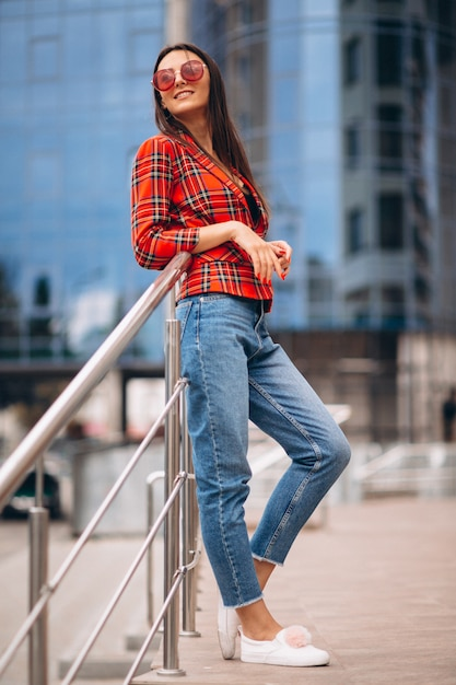 Ritratto di una giovane donna in giacca rossa Foto Gratuite