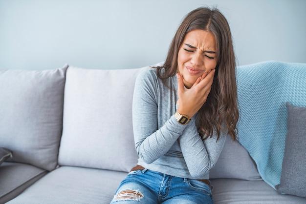 Ritratto di una giovane donna nel dolore con un mal di denti Foto Premium