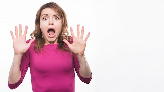 Ritratto di una giovane donna spaventata su sfondo bianco Foto Gratuite