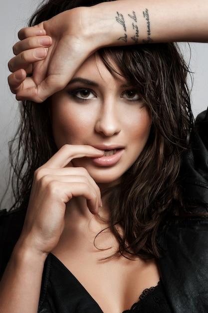 Ritratto di una giovane e bella donna con capelli volanti Foto Premium