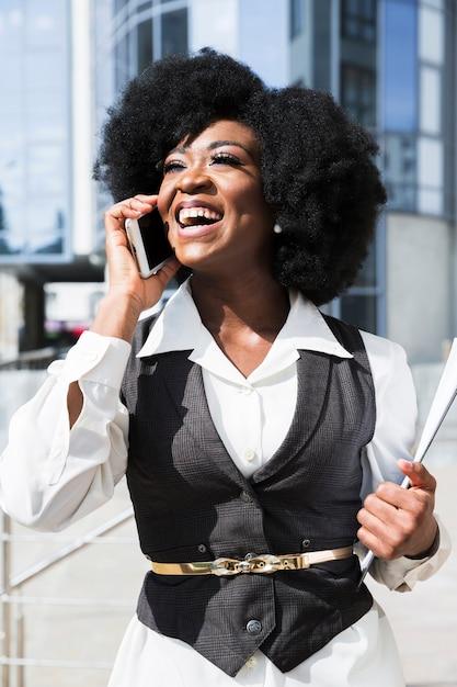 Ritratto di una giovane imprenditrice africana parlando sul cellulare Foto Gratuite