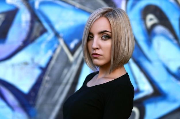 Ritratto di una giovane ragazza bionda con i capelli corti Foto Premium