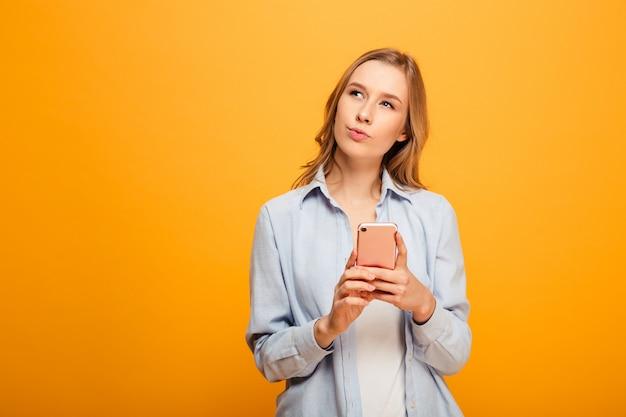 Ritratto di una giovane ragazza pensierosa con parentesi graffe Foto Premium