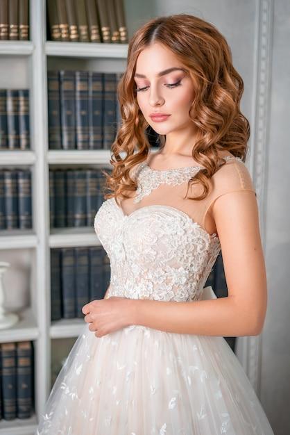 Ritratto di una giovane sposa, bel trucco e riccioli Foto Premium