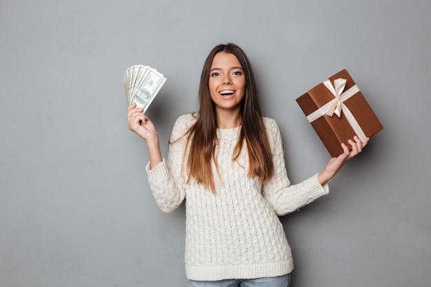Ritratto di una ragazza felice eccitata in maglione Foto Gratuite