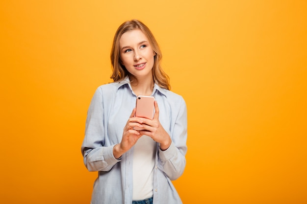 Ritratto di una ragazza sorridente con le parentesi graffe Foto Premium