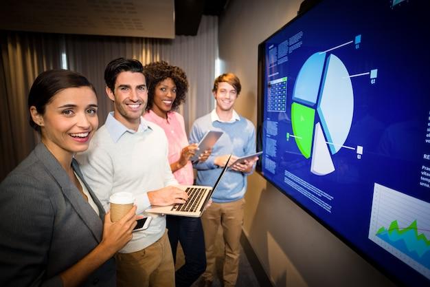 Ritratto di uomini d'affari in piedi nella sala conferenze Foto Premium