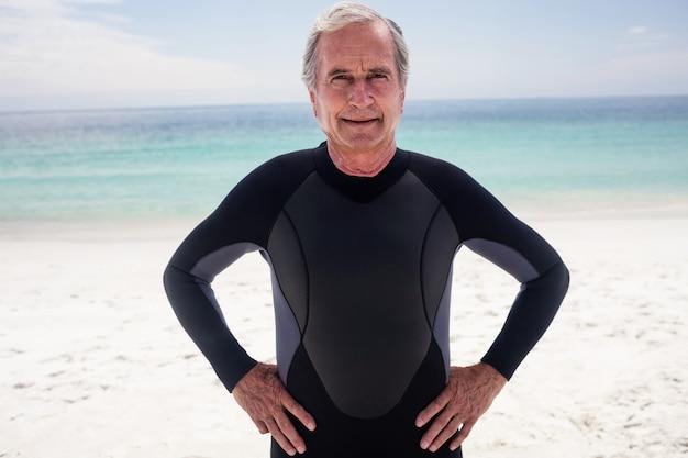 Ritratto di uomo anziano in piedi con le mani sui fianchi Foto Premium
