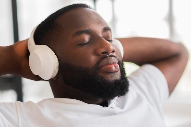 Ritratto di uomo bello che ascolta la musica Foto Gratuite