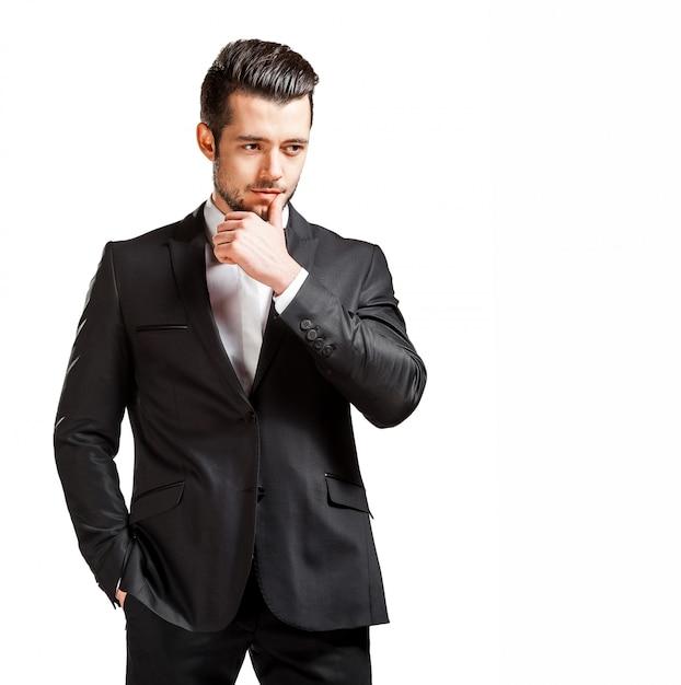 Ritratto di uomo bello fiducioso in abito nero con papillon Foto Premium