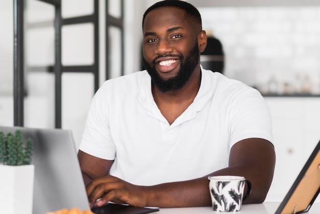 Ritratto di uomo bello sorridente Foto Gratuite