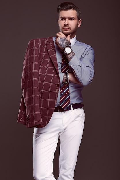 Ritratto di uomo brutale elegante in un abito di lana Foto Premium
