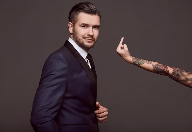 Ritratto di uomo brutale elegante in un abito Foto Premium