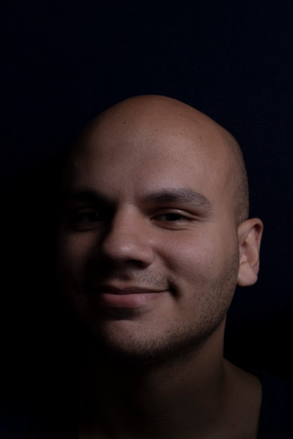 Ritratto di uomo calvo su sfondo nero Foto Premium