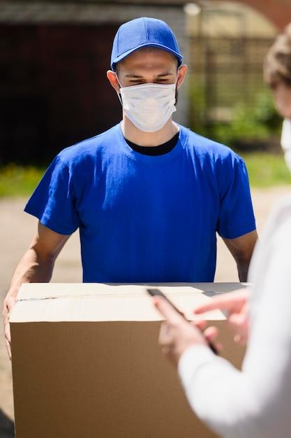 Ritratto di uomo che consegna maschera da portare Foto Gratuite