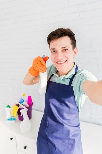 Ritratto di uomo che pulisce la sua casa Foto Gratuite