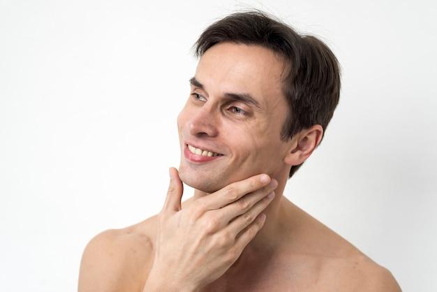 Ritratto di uomo che tocca la sua faccia Foto Gratuite