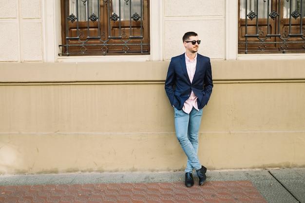 Ritratto di uomo d'affari moderno all'aperto Foto Gratuite