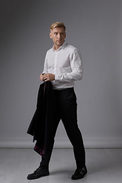 Ritratto di uomo d'affari sicuro Foto Gratuite