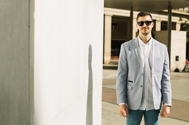 Ritratto di uomo d'affari sorridenti all'aperto Foto Gratuite
