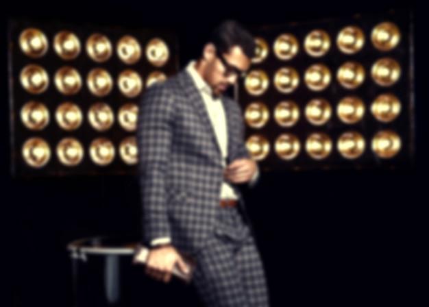 Ritratto di uomo di modello maschio sexy moda bello vestito in abito elegante su sfondo nero luci studio Foto Gratuite