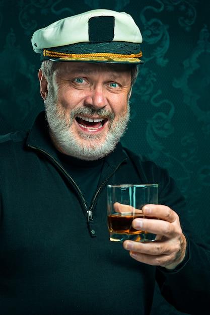 Ritratto di vecchio capitano o marinaio in maglione nero Foto Gratuite