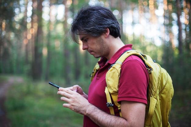 Ritratto di zaino in spalla guardando navigatore gps, dispositivo global positioning system Foto Premium