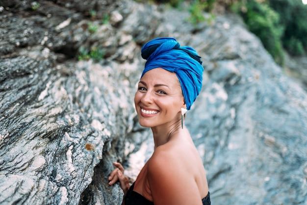 Ritratto esterno di bella donna con un sorriso genuino. Foto Premium