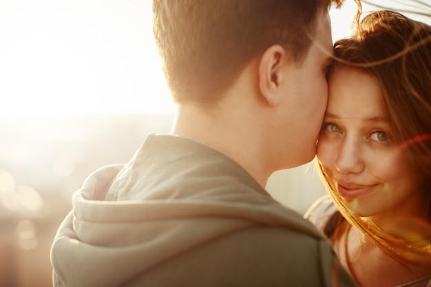 Ritratto esterno soleggiato di giovani coppie felici Foto Premium