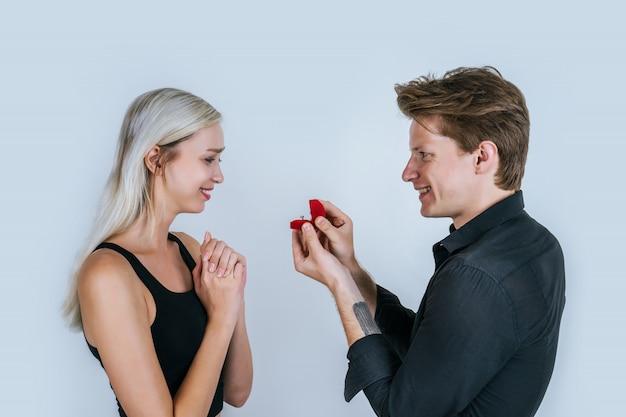 Ritratto felice di matrimonio a sorpresa di coppia Foto Gratuite